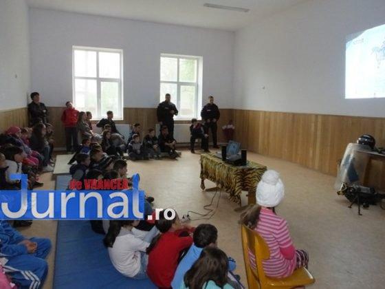 """jandarmi vizita1 560x420 - GALERIE FOTO: Jandarmii din Vrancea, în vizită la școlile din Măicănești și Vidra, cu ocazia săptămânii """"Școala altfel"""""""