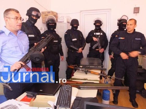"""jandarmi vizita2 560x420 - GALERIE FOTO: Jandarmii din Vrancea, în vizită la școlile din Măicănești și Vidra, cu ocazia săptămânii """"Școala altfel"""""""