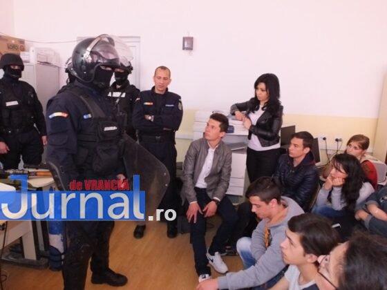 """jandarmi vizita3 560x420 - GALERIE FOTO: Jandarmii din Vrancea, în vizită la școlile din Măicănești și Vidra, cu ocazia săptămânii """"Școala altfel"""""""