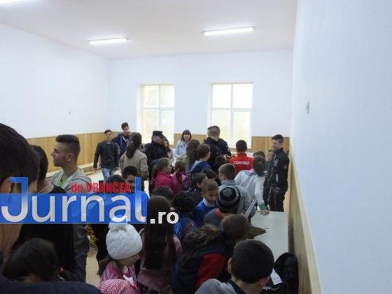 """jandarmi vizita4 560x420 - GALERIE FOTO: Jandarmii din Vrancea, în vizită la școlile din Măicănești și Vidra, cu ocazia săptămânii """"Școala altfel"""""""