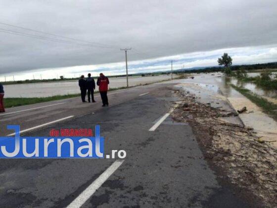 e85 inubdatii trotus1 560x420 - GALERIE FOTO: Bilanţul unei nopţi de coşmar în Vrancea: un mort, peste 175 de gospodării şi 50 de case inundate, şosele închise
