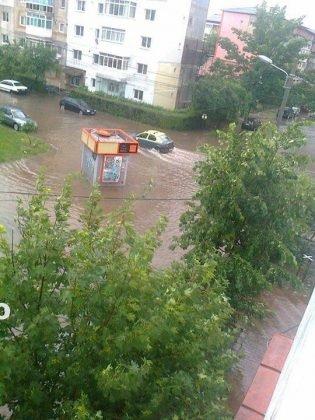 inundatii 2016 adjud1 315x420 - GALERIE FOTO: Bilanţul unei nopţi de coşmar în Vrancea: un mort, peste 175 de gospodării şi 50 de case inundate, şosele închise