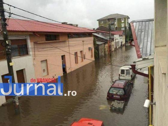 inundatii 2016 adjud2 560x420 - GALERIE FOTO: Bilanţul unei nopţi de coşmar în Vrancea: un mort, peste 175 de gospodării şi 50 de case inundate, şosele închise