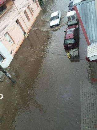 inundatii 2016 adjud4 315x420 - GALERIE FOTO: Bilanţul unei nopţi de coşmar în Vrancea: un mort, peste 175 de gospodării şi 50 de case inundate, şosele închise