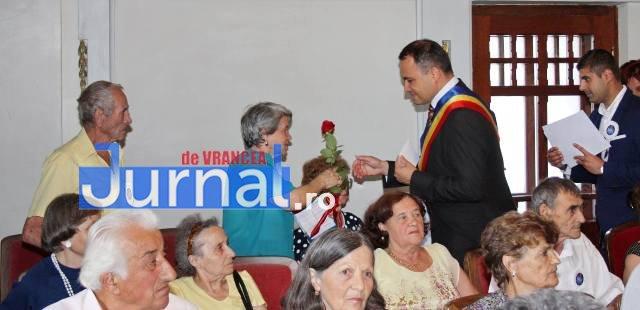 cupluri premiate de municipalitate4 - GALERIE FOTO: Cuplurile cu 50 de ani de căsătorie neîntreruptă, premiate de municipalitate