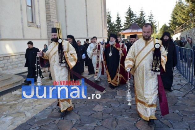 Hram Brazi 2016 12 631x420 - GALERIE FOTO: ÎPS Ioachim Băcăuanu a oficiat Sfânta Liturghie Arhierească prilejuită de hramul Mănăstirii Brazi