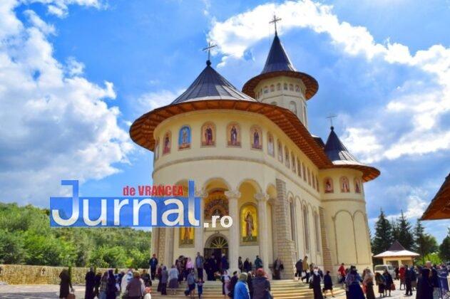 Hram Brazi 2016 48 631x420 - GALERIE FOTO: ÎPS Ioachim Băcăuanu a oficiat Sfânta Liturghie Arhierească prilejuită de hramul Mănăstirii Brazi