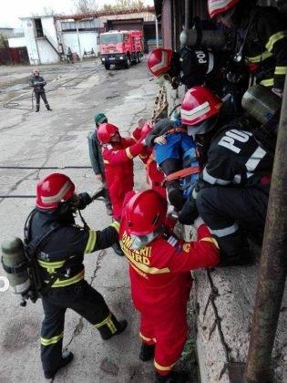 exercitiu isu vrancea7 315x420 - GALERIE FOTO: Antrenament al pompierilor la fabrica de vase emailate