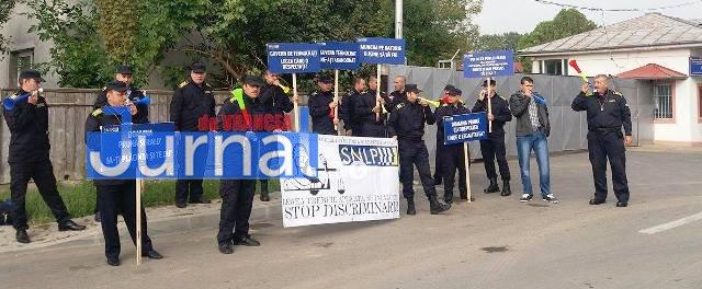 protest penitenciarul focsani2 1 - Protest cu vuvuzele în fața Penitenciarului Focșani