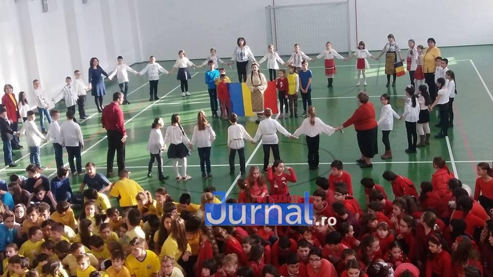 1 decembrie scoala 3 focsani2 - 1 Decembrie, sărbătorit în avans de elevii Școlii Nr.3. Copiii au creat un drapel uman