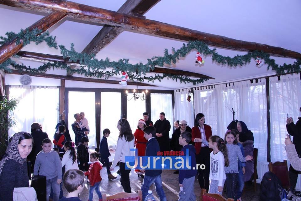 mos craciun focsani3 - FOTO: Moș Crăciun a venit pentru copiii bolnavi de diabet