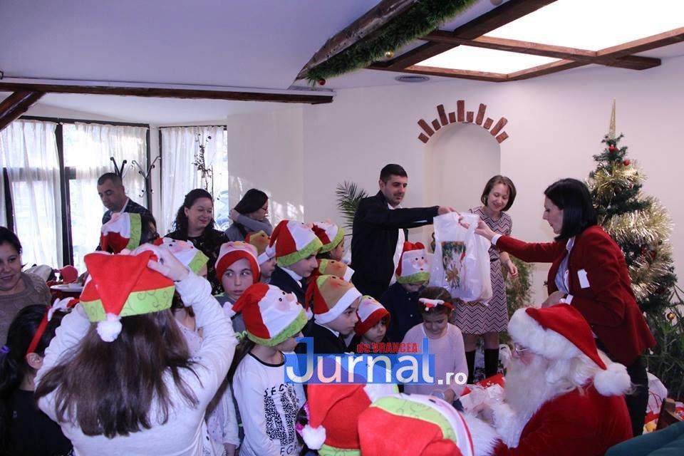 mos craciun focsani5 - FOTO: Moș Crăciun a venit pentru copiii bolnavi de diabet