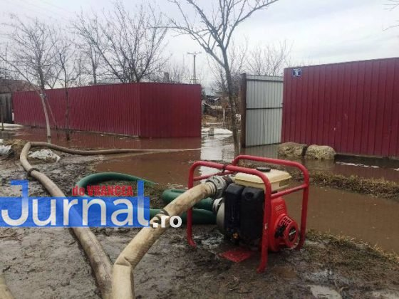 inundatii bordeasca1 560x420 - ULTIMĂ ORĂ- GALERIE FOTO: Case și gospodării inundate la Tătăranu! Pompierii intervin cu 3 motopompe