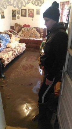 inundatii bordeasca14 236x420 - ULTIMĂ ORĂ- GALERIE FOTO: Case și gospodării inundate la Tătăranu! Pompierii intervin cu 3 motopompe