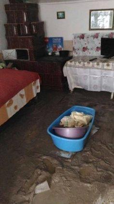 inundatii bordeasca15 236x420 - ULTIMĂ ORĂ- GALERIE FOTO: Case și gospodării inundate la Tătăranu! Pompierii intervin cu 3 motopompe