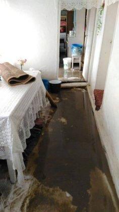 inundatii bordeasca16 236x420 - ULTIMĂ ORĂ- GALERIE FOTO: Case și gospodării inundate la Tătăranu! Pompierii intervin cu 3 motopompe