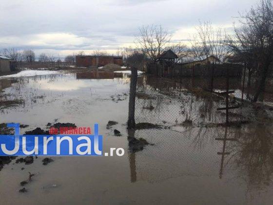 inundatii bordeasca17 560x420 - ULTIMĂ ORĂ- GALERIE FOTO: Case și gospodării inundate la Tătăranu! Pompierii intervin cu 3 motopompe
