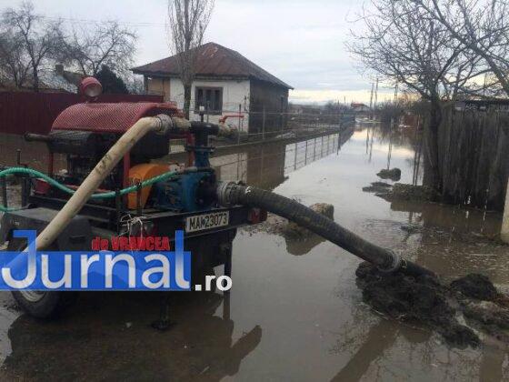 inundatii bordeasca4 560x420 - ULTIMĂ ORĂ- GALERIE FOTO: Case și gospodării inundate la Tătăranu! Pompierii intervin cu 3 motopompe