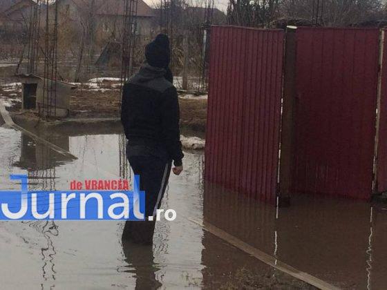 inundatii bordeasca5 560x420 - ULTIMĂ ORĂ- GALERIE FOTO: Case și gospodării inundate la Tătăranu! Pompierii intervin cu 3 motopompe