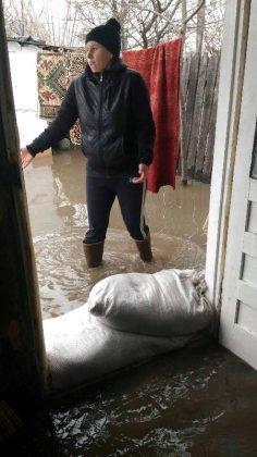 inundatii bordeasca9 236x420 - ULTIMĂ ORĂ- GALERIE FOTO: Case și gospodării inundate la Tătăranu! Pompierii intervin cu 3 motopompe