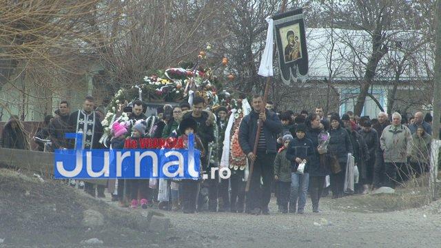 inmormantare roxana dragomir 5 - FOTO: Cerul a plâns la dispariția unui înger. Roxana Dragomir, condusă pe ultimul drum în râuri de lacrimi