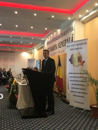Premiu AOR 3 315x420 - FOTO: Primarul Iulian Nica, premiat de Asociația Orașelor din România