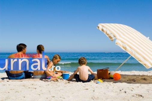 at the beach - Anul acesta, peste 60% dintre români vor pleca în vacanța de 1 mai. Află care sunt destinațiile de top!