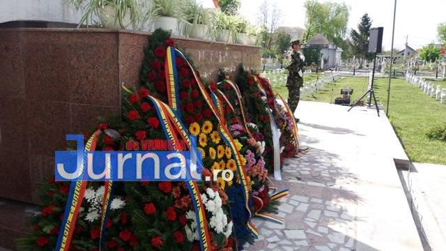 ceremonie veterani coroane1 - A lui Misăilă, mai mare ca a lui Oprișan. Coroana de flori a Primăriei pentru veterani, mai mare și mai scumpă ca toate