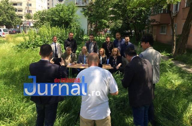 pnl vrancea sedinta presa iarba1 - VIDEO: Liberalii au descins în mijlocul bălăriilor. Conferință de presă inedită și un semnal de alarmă către Primăria Focșani