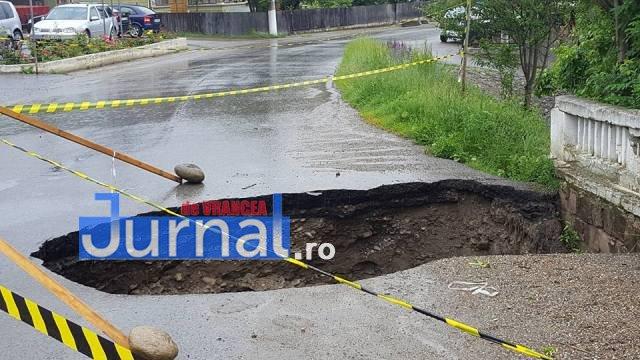 crater naruja nistoresti drum stricat2 - FOTO: Drumul judeţean Năruja-Nistoreşti se surpă de la o zi la alta, fără ca autorităţile să ia măsuri
