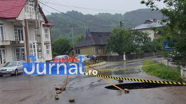 crater naruja nistoresti drum stricat3 - FOTO: Drumul judeţean Năruja-Nistoreşti se surpă de la o zi la alta, fără ca autorităţile să ia măsuri