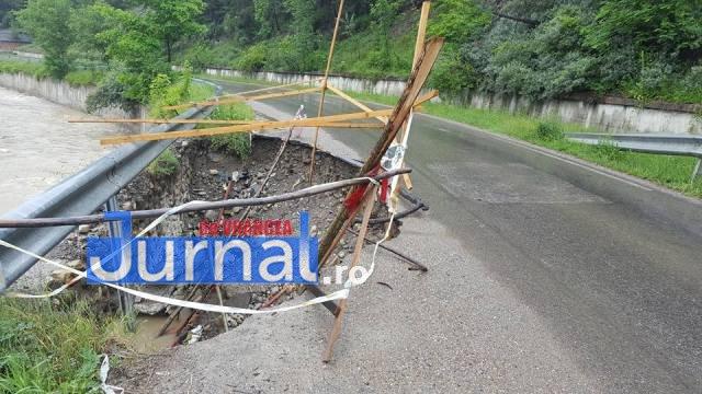 crater naruja nistoresti drum stricat5 - FOTO: Drumul judeţean Năruja-Nistoreşti se surpă de la o zi la alta, fără ca autorităţile să ia măsuri