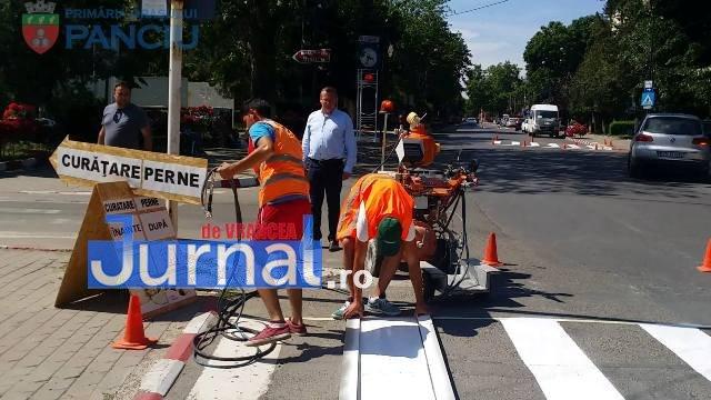 marcaje rutiere trecere pietoni12 - FOTO: Au început lucrările de refacere a marcajelor rutiere la Panciu