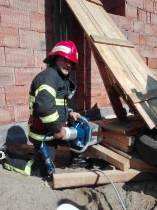 exercitiu pompieri isu vrancea4 315x420 - VIDRA: Exercițiu de salvare a unei persoane prinsă sub dărâmături (FOTO)