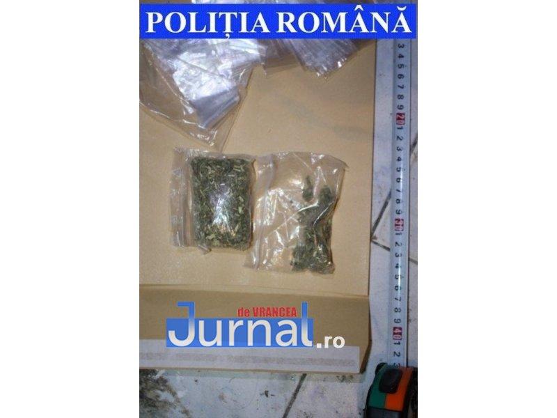 droguri2 - FOTO: Ce au găsit polițiștii la perchezițiile de luni seară din Focșani