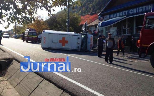ambulanta rasturnata2 - FOTO: Ambulanță răsturnată la Tulnici