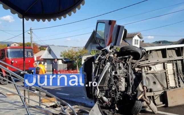 ambulanta rasturnata3 - FOTO: Ambulanță răsturnată la Tulnici