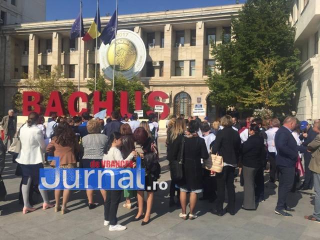 protest fsli prefectura profesori2 - Profesorii au ieșit în stradă. Circa 100 de sindicaliști au pichetat Prefectura Vrancea