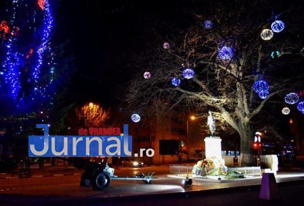 Iluminat sarbatori 8 619x420 - FOTO: Primăria Orașului Panciu a aprins luminile din bradul de Crăciun