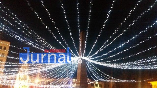 lumini craciun piata unirii1 - FOTO: Focșaniul, iluminat de sărbătoare! Moș Nicolae a adus lumina în centrul orașului