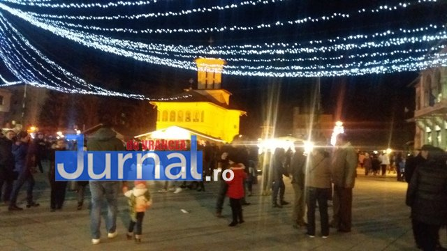 lumini craciun piata unirii5 - FOTO: Focșaniul, iluminat de sărbătoare! Moș Nicolae a adus lumina în centrul orașului