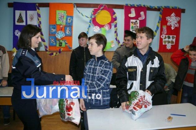 politia daruri copii institutionalizati maicanesti11 630x420 - FOTO: Poliția e Moș Crăciun pentru copiii instituționalizați de la Măicănești