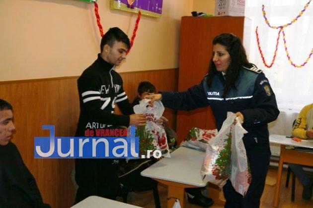 politia daruri copii institutionalizati maicanesti12 630x420 - FOTO: Poliția e Moș Crăciun pentru copiii instituționalizați de la Măicănești