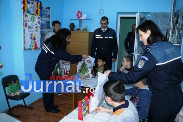 politia daruri copii institutionalizati maicanesti13 630x420 - FOTO: Poliția e Moș Crăciun pentru copiii instituționalizați de la Măicănești
