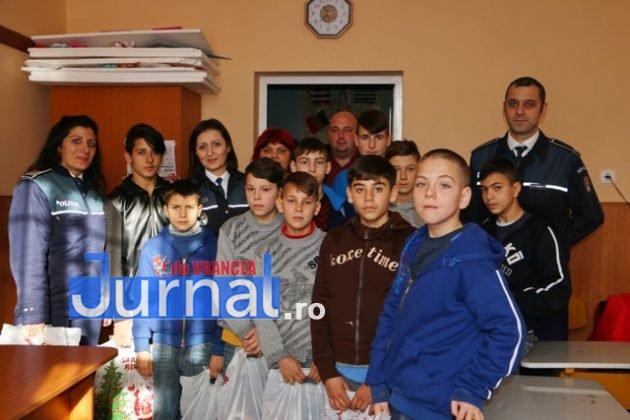 politia daruri copii institutionalizati maicanesti4 630x420 - FOTO: Poliția e Moș Crăciun pentru copiii instituționalizați de la Măicănești