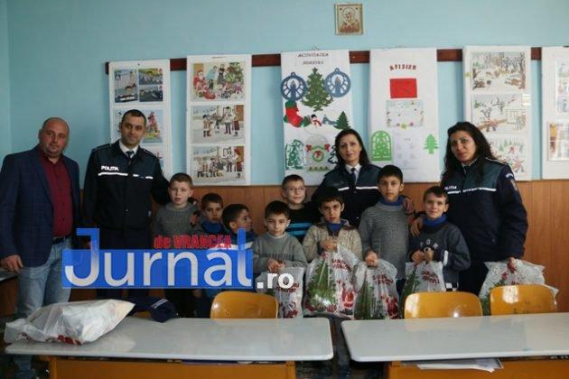 politia daruri copii institutionalizati maicanesti6 630x420 - FOTO: Poliția e Moș Crăciun pentru copiii instituționalizați de la Măicănești