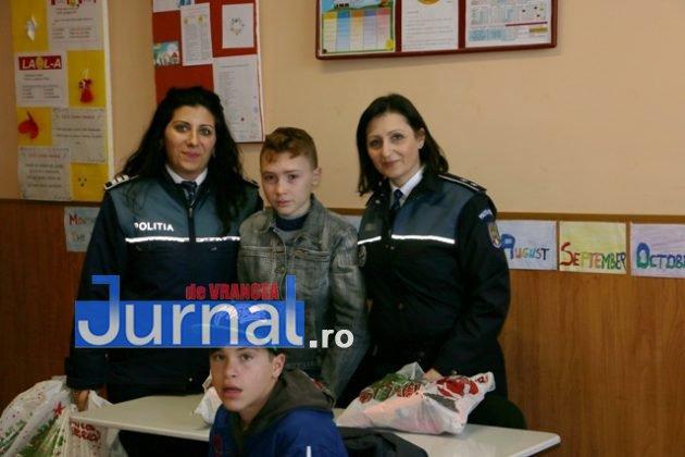 politia daruri copii institutionalizati maicanesti9 630x420 - FOTO: Poliția e Moș Crăciun pentru copiii instituționalizați de la Măicănești