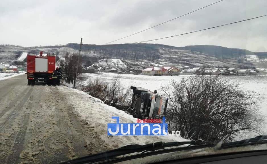 ambulanta zapada 1 - FOTO-ULTIMĂ ORĂ: O ambulanță a derapat la Homocea
