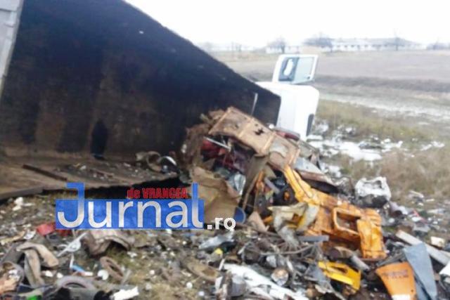 tir rasturnat1 - ULTIMĂ ORĂ: DN23, blocat aproape două ore după ce un TIR s-a răsturnat(FOTO)