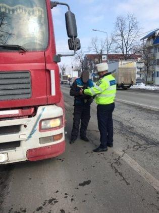 actiune politia rutiera 2 315x420 - GALERIE FOTO: Transportatorii de persoane și mărfuri în vizorul polițiștilor